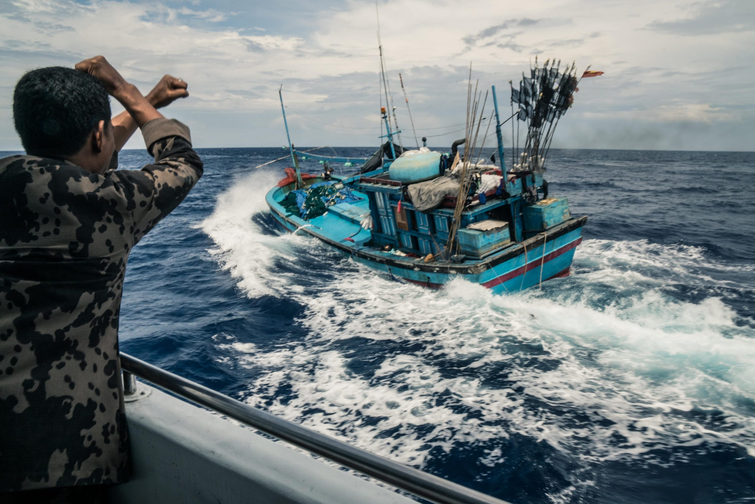 Nau Leone nos sumerge en 'Tragedy of the commons EP' Indonesians chase a Vietnamese blue boat illegally fishing 1 min scaled